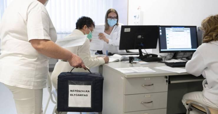 Felháborodtak Mátészalkán, mert ukrán és román állampolgárokat is oltanak a helyi kórházban