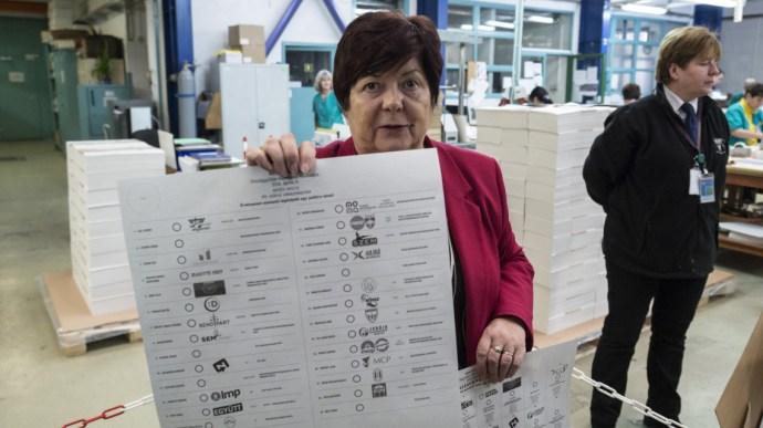 Tíz percet is elbíbelődhetünk a sok papírral a szavazófülkében