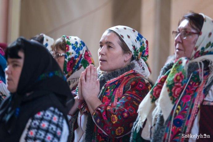 Történelmi pillanat a Csángóföldön: zsúfolásig megtelt a bákói Szent Miklós plébániatemplom az első moldvai magyar misére
