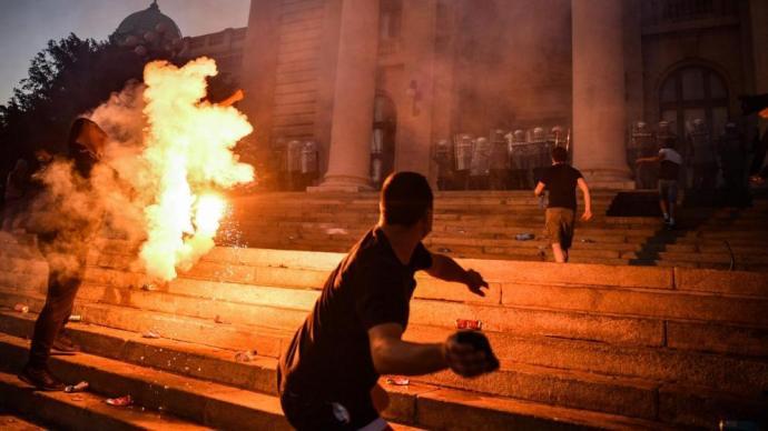 Belügyminiszter: erőszakos hatalomátvételi kísérlet zajlik Szerbiában