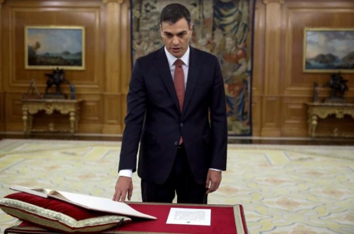 Ilyen sem volt még: felesküdött Rajoy utóda, csak nem a Bibliára