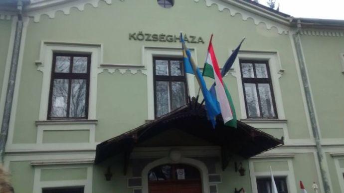 A gasztonyi jobbikos polgármester kitűzette a székely zászlót a községházára