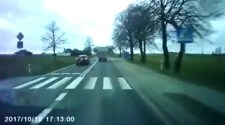 Videó: Rossz napja volt a záróvonalon előző sofőrnek
