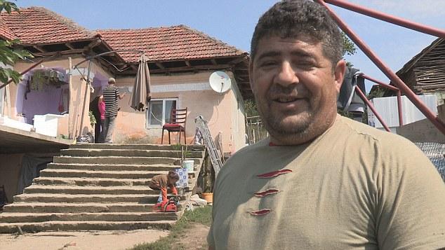 """""""Köszönöm, Anglia, itt minden ingyen van!"""" – Három hálószobás házat épít Romániában a britektől havi 645 ezer forintnyi segélyt kapó cigány"""