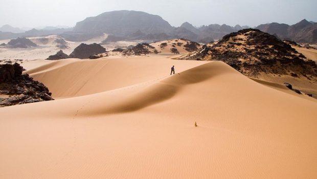 Algéria kiutasított bevándorlók ezreit hagyja magára a Szaharában (videó)