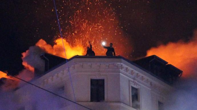 Szíriai gyújtogató miatt lángolt egy ötemeletes ház Lipcsében – ketten kétségbeesésükben leugrottak a tetőről