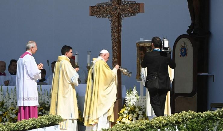 Ferenc pápa Szent István és Szent Erzsébet bátorságát és hitét emelte ki a zárómisén