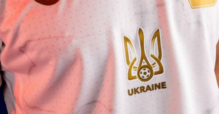 Ukrajnának el kell távolítania a politikai szlogent a mezéről