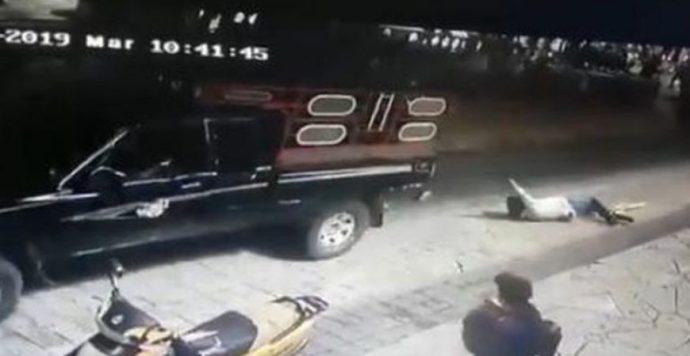 Nem tartotta be ígéreteit a polgármester, teherautóhoz kötve húzták végig a városon