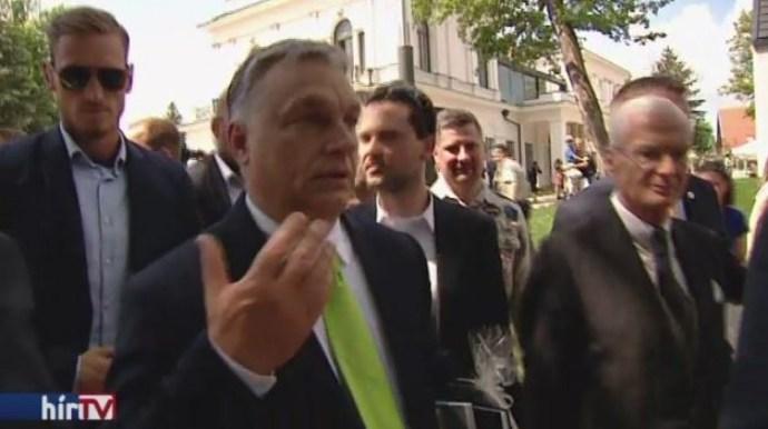 Válasz helyett csak legyintett a Hír TV kérdésére Orbán Viktor