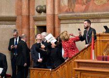 VIDEÓ: Botrány és káosz a magyar parlamentben