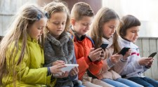 Ha drogot nem ad a gyereknek, miért vesz neki mobilt?