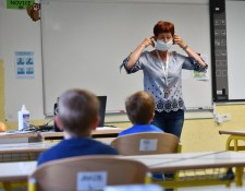 Az alapiskolákban és az óvodákban is enyhítik a járványügyi óvintézkedéseket