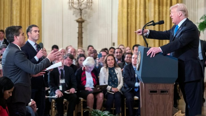 Kiakasztotta Trumpot egy CNN-es migránssimogató, kitiltották a Fehér Házból