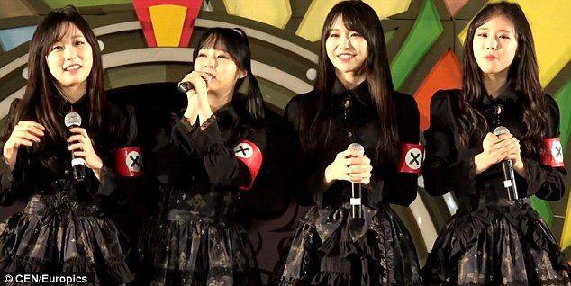 Nyilasveszélyt kiáltottak egy koreai lányegyüttes fellépőruhája miatt