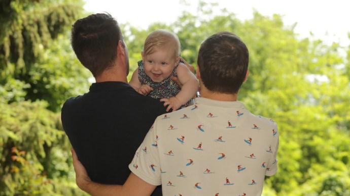Apu és api – kanadai béranyától szerzett gyereket két Pest megyei buzi, a magyar hatóságok mindenben segítettek nekik