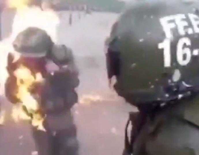 VIDEÓ: Molotov-koktéllal gyújtottak fel két chilei rendőrnőt a tüntetők (18+)