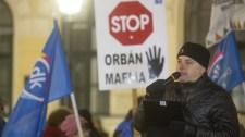 A túlóratörvény ellen tüntettek Békéscsabán