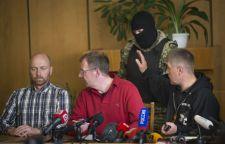 A szeparatisták megmutatták a foglyul ejtett megfigyelőket újságíróknak