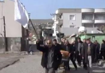 Fehér zászlót lengető kurdok közé lőttek a törökök