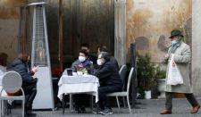 Így hajtották el a rendőröket Olaszországban a tiltakozó vendégek