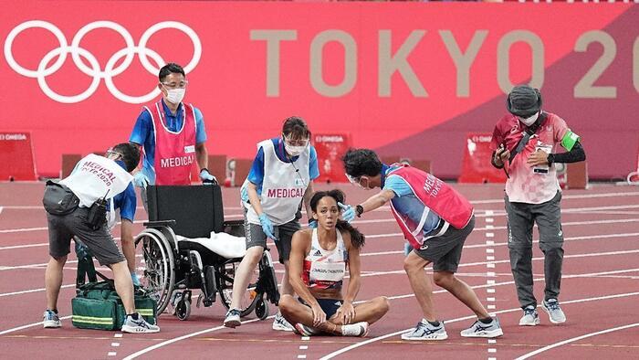Féllábbal sántikált be a célba, kizárták az olimpiai versenyből
