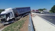 Halálos áldozata is van a 8-as úton történt kamionbalesetnek