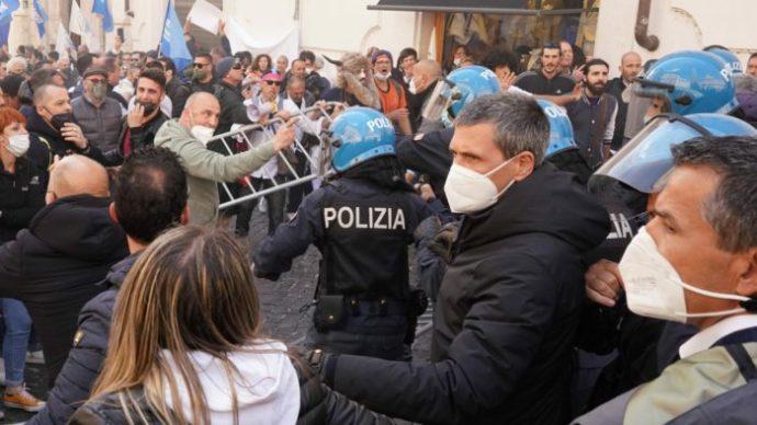 Összecsaptak a nyitást sürgető étteremtulajdonosok a rendőrökkel Rómában