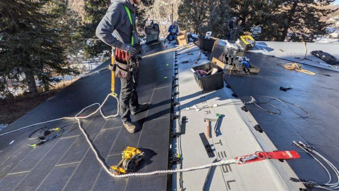Tesla napelemes tetőcserép telepítés egy nap alatt?