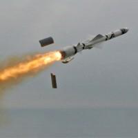 Orosz tengerészgyalogosok Sz-300-as rakétákat telepítenek a szír-török határ közelébe