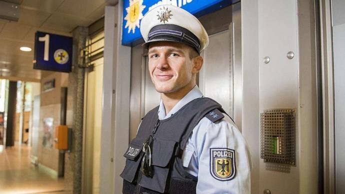 Így veri béklyóba a német rendőrt a merkeli hatalom: utasításba kapták, hogy hagyják futni a megszállókat