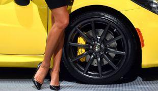 A New York-i Autószalon képekben: autók és hölgyek