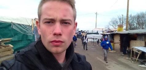 Vadakat akart sajnáltatni Calais-nál az RT riportere – neki is késes támadással mutatkoztak be