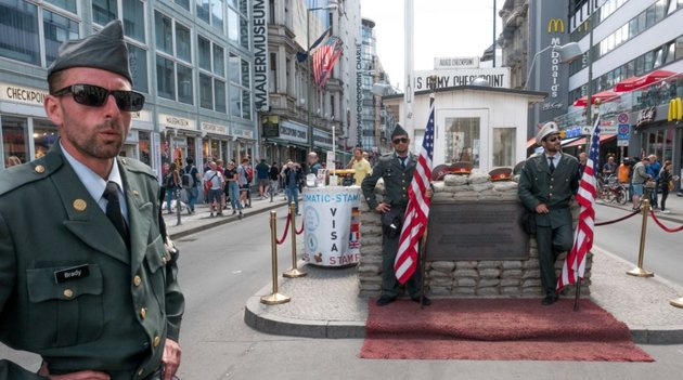 "Kitiltották a berlini Checkpoint Charlie ""amerikai katonáit"""