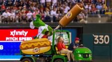 VIDEÓ: Hot doggal lőttek fejbe egy szurkolót