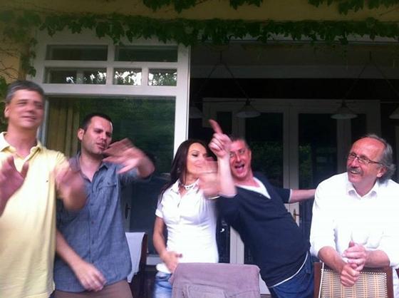 Így zárul a Nagy Elszámoltatás V. éve: Gyurcsány kényszermunka helyett vígan lemezlovaskodik Orbán lányának kedvenc vendéglőjében
