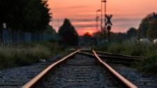 Ráhajtottak kocsival a sínre Vácnál, jött a vonat, meghaltak