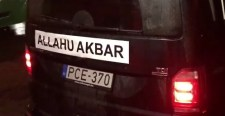 A közmédia végre leleplezte: Vona Allahu Akbar felirattal autókázik Makón!