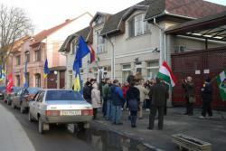 A beregszászi magyar konzulátusnál tüntettek ukránok