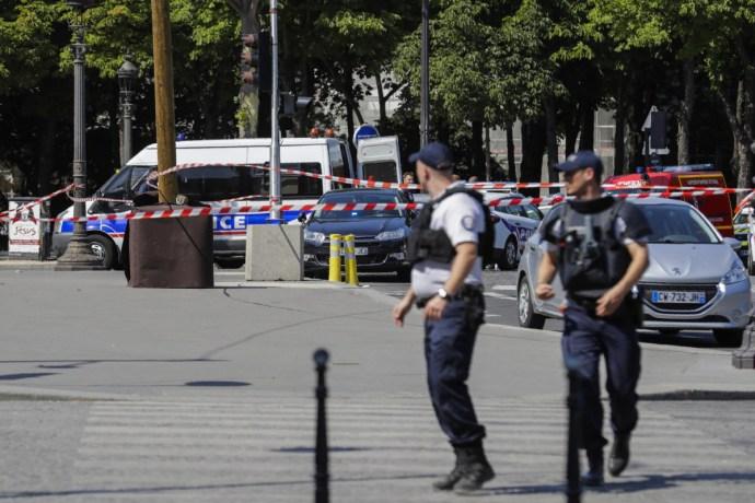 Egy autó lángol Párizs központjában, lezárták a Champs-Élysées-t