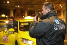 """""""Véletlen"""": a Főtaxi és a BÁV """"védelmét"""" ellátó céget bízták meg a reptéren tevékenykedő taxis hiénák kiszorításával"""