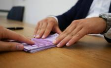 74 000 eurót lopott el egy dunaszerdahelyi banki alkalmazott ügyfelei számláiról