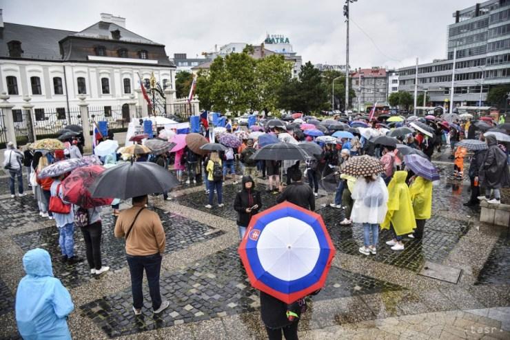 Ismét tüntetnek az oltásellenesek Pozsonyban. Lezárták a Hodža tér melletti utcákat