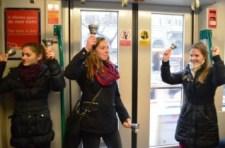 Ferencesek és hittanosok flashmobja a 4-6-os villamoson – KÉPRIPORT