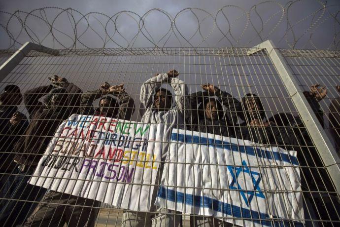 Izraelnek így is szabad: a bezárt menekülttábor lakói mehetnek Ruandába vagy a börtönbe