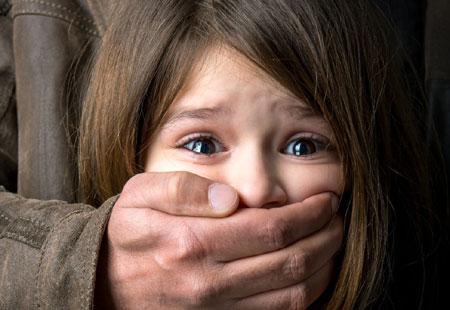 """Letartóztatásban marad a 9 éves lányával erőszakoskodó négygyermekes """"apa"""""""