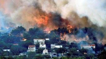 Újabb erdőtüzek Horvátországban – A tűz már elérte Split határát