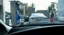 Köztünk élnek: benzinkúton próbált Teslát tankolni – VIDEÓ