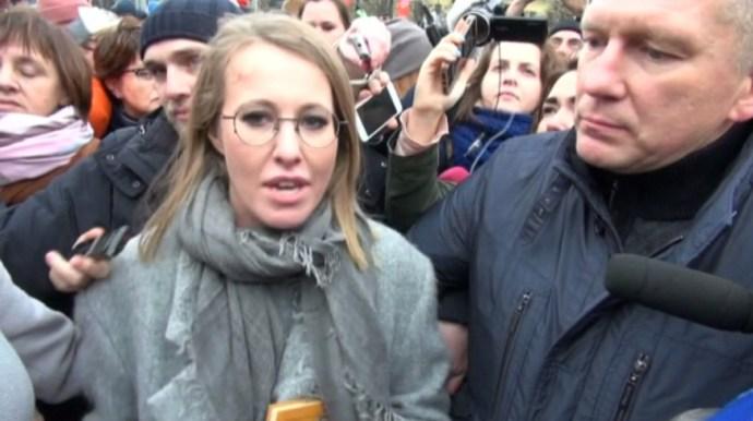Kikeltek Putyin Playboy-nyuszi kihívója ellen az ellenzéki tüntetők