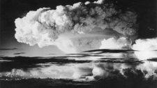 Kiment a mosdóba, majd a vonaton hagyta 1953-ban a hidrogénbomba titkos dokumentumait